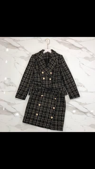 19年巴尔曼秋冬新款套装 双排扣小西装搭配A字半裙。撞色元素复古时髦